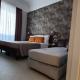 I5083_20210318110352_junior_suites_firenze_centro_hotel_0001_letto_finestra_bagno_sole_fiore_lampadario_vasca_parete_firenze_centro.jpg